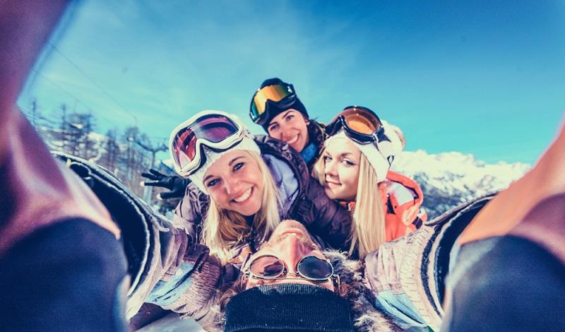 Die Skigebiete der Auvergne sind ein Tummelplatz für junge Skifahrer. Einige von ihnen besuchen die Region im Rahmen eines Sprachurlaubs. (#1)