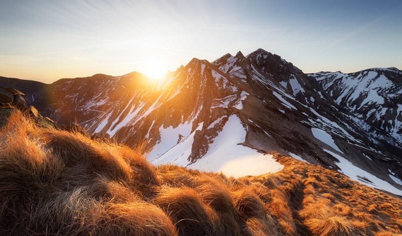 Wer Touren mit Schneeschuhen in der Auvergne plant, muss auf Trittsicherheit achten. Die Berge haben durchaus alpinen Charakter. (#2)