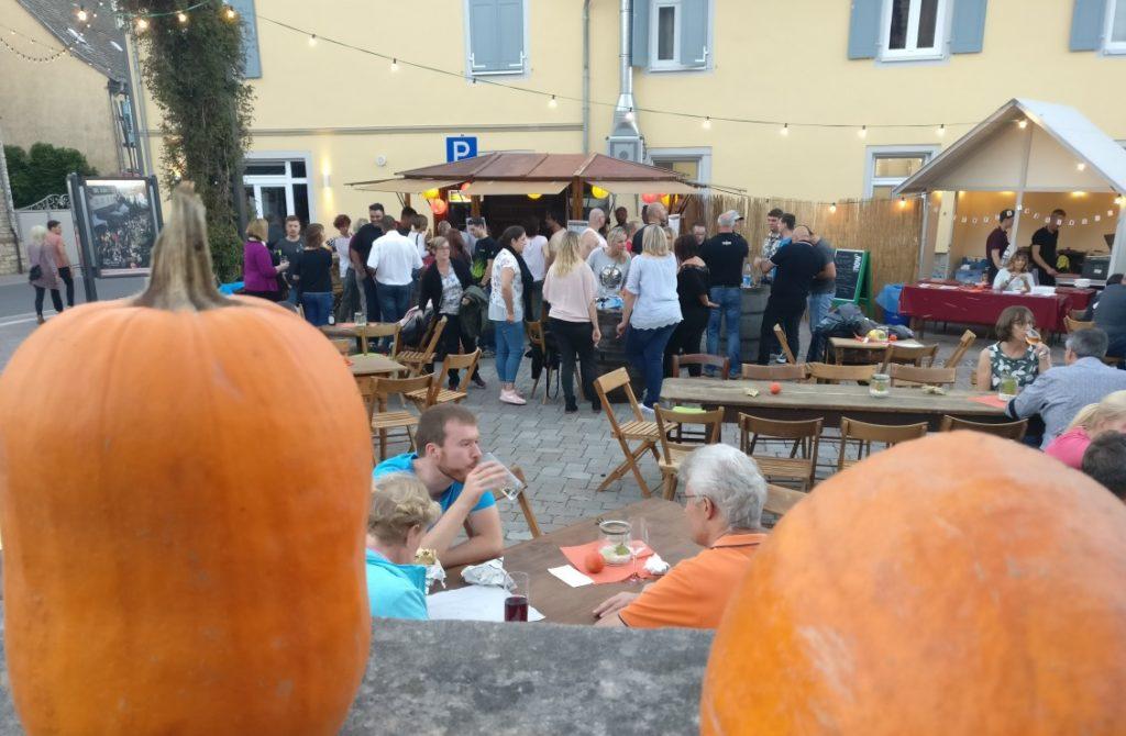 Auf den Höfen der Innenstadt treffen sich Weinfreunde aus der Stadt und aus dem Umland. Hier am Stand des Johannishofs am Rande der Innenstadt beginnt das Fest des jungen Weines und zieht sich bis zum Marktplatz hin.
