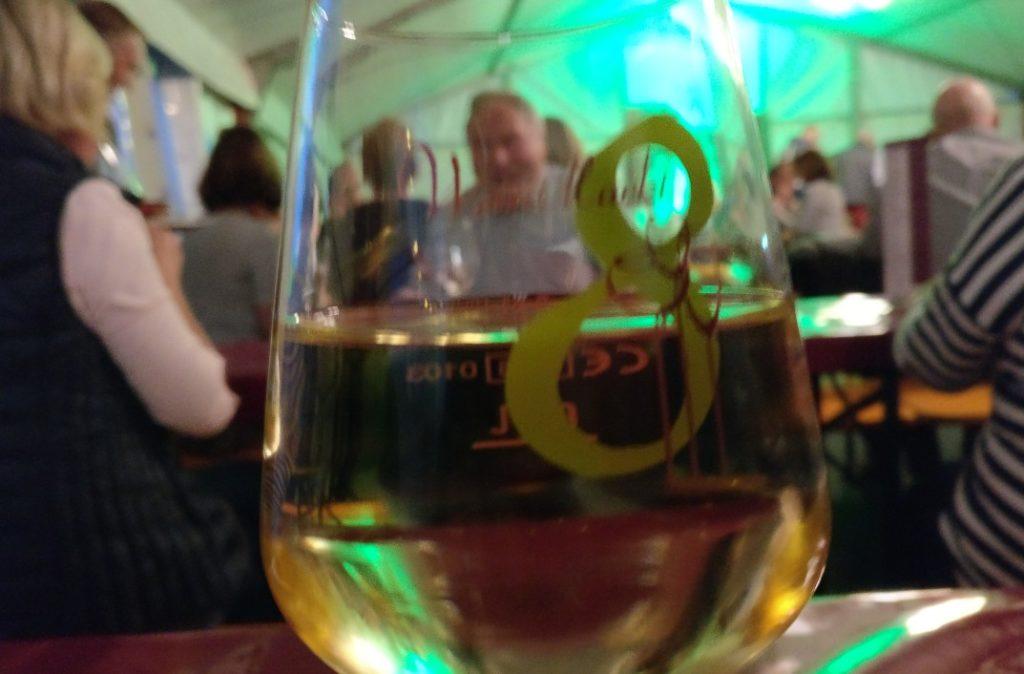 """Im Festzelt der """"8 Winzer"""" darf ein guter Tropfen Wein nicht fehlen. Es muss kein junger sein. Es genügt, auf den jungen Wein anzustoßen. Prosit!"""