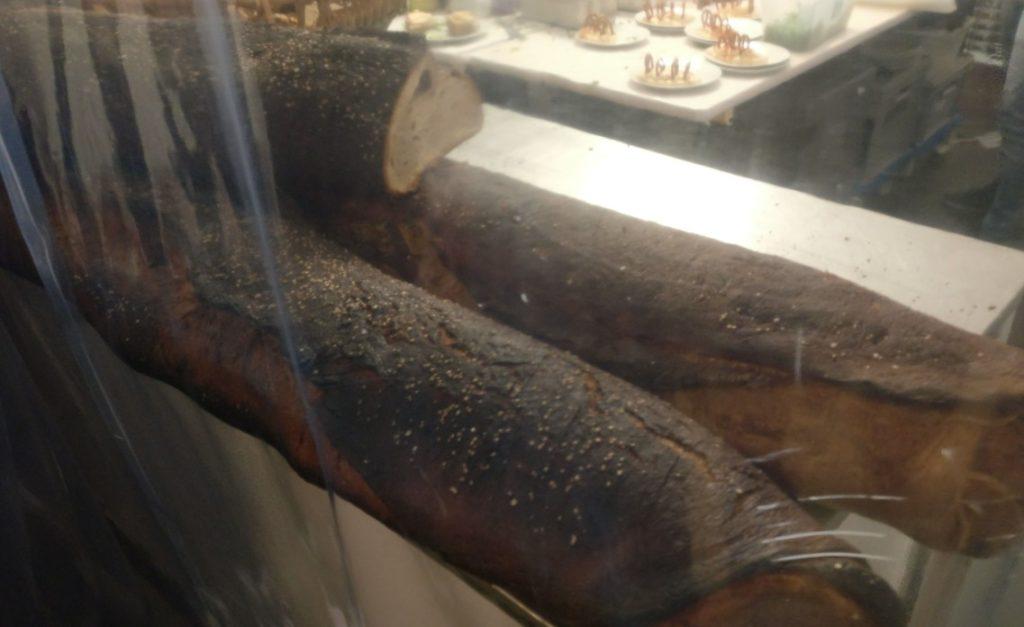 Urig-würziges Brot in meterlangen Laiben am Bistrostand vor dem Weinzelt.