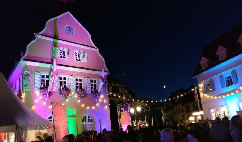 Gegen den dunklen Nachthimmel wirkt das illuminierte Rathaus besonders.