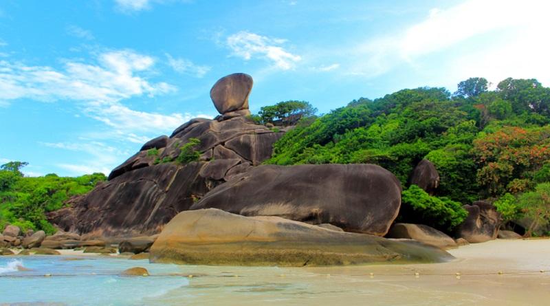 """Der berühmteste Fels der Similans ist der """"Sail Rock"""", der als Aussichtspunkt dient. (#01)"""